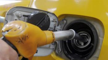 汽油明天再降1.3元 92無鉛跌破2字頭