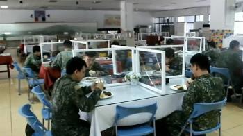 落實部隊防疫 陸軍關指部自製用餐隔板