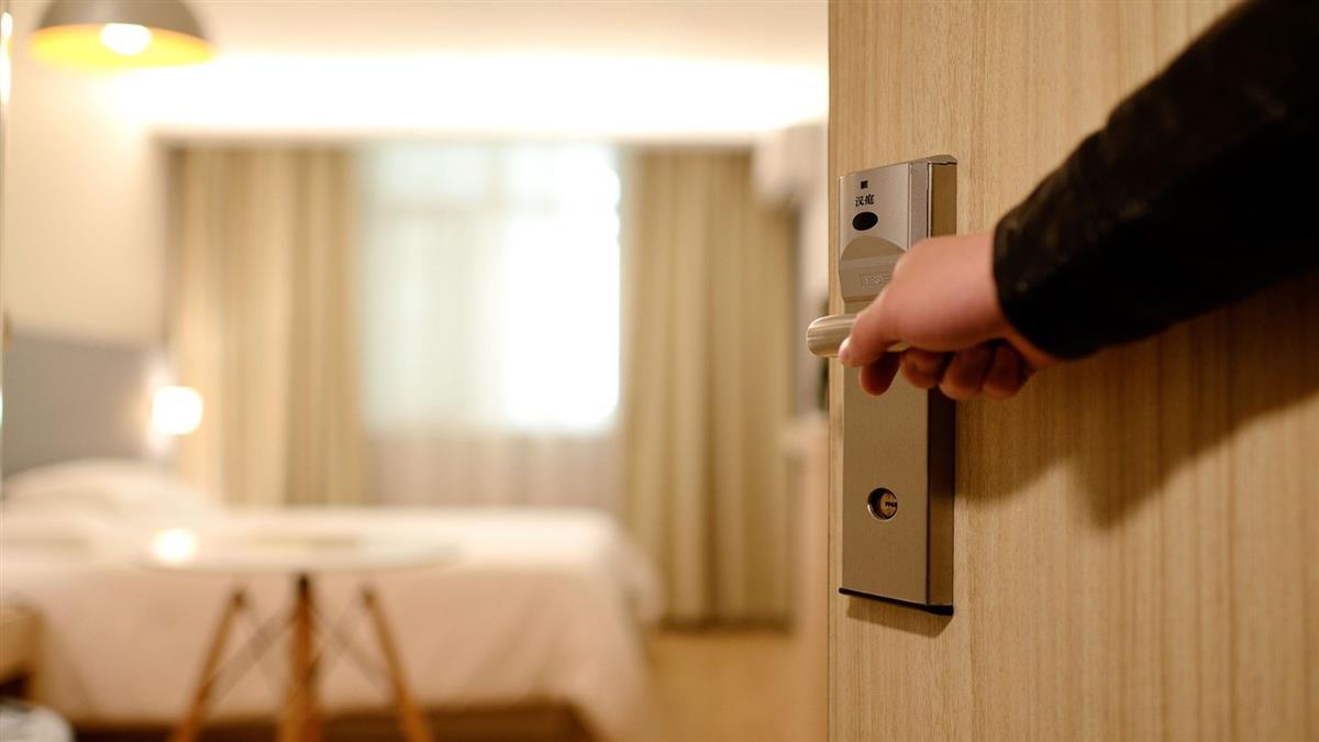 哭了!醫生入住飯店遭退房 下秒結局反轉