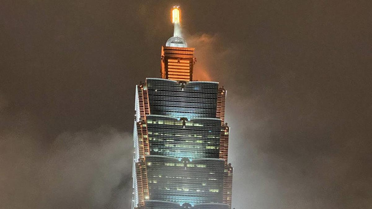 台北101再度點燈致意 為第一線防疫人員加油打氣
