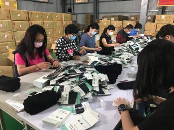只送不賣!襪商挪生產線 趕工一萬五千個口罩套