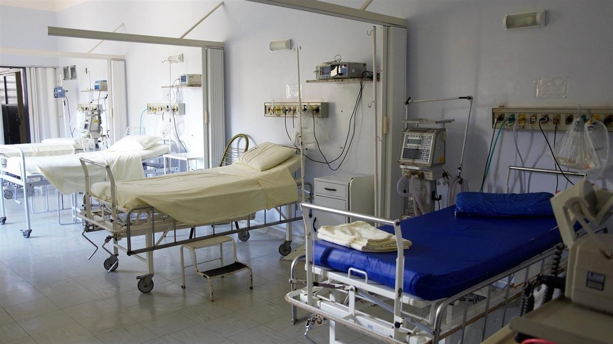康復病患等太久 竟毀防護衣留十道抓痕…醫發燒了