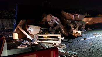 國道拖板車撞翻貨車 人體模特兒慘遭拋飛
