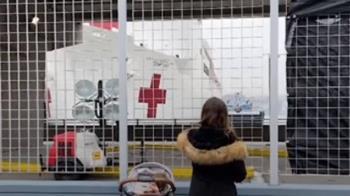 紐約客無視禁足令!碼頭迎安慰號醫療艦看熱鬧