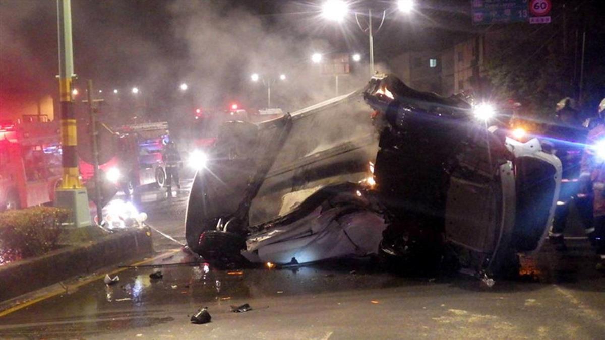 男駕特斯拉失速撞安全島!車體起火當場慘死