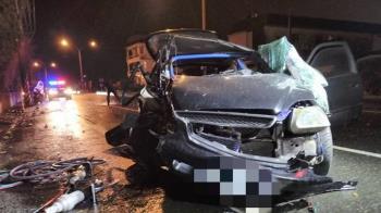 轎車高速撞電桿!車頭嚴重損毀 釀1死2傷