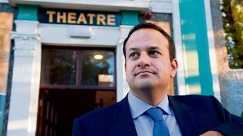 盡棉薄之力!愛爾蘭總理 重披白袍助抗疫