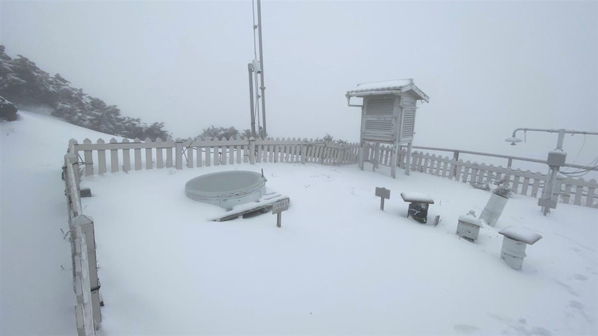 玉山今早再降四月雪 積雪14.5公分成銀白世界