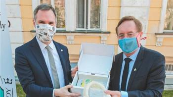 25台呼吸器收到了!布拉格市長謝台 怒批中國