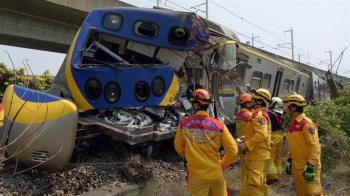 快訊/高雄左營火車、水泥車互撞4傷 警消搶救中