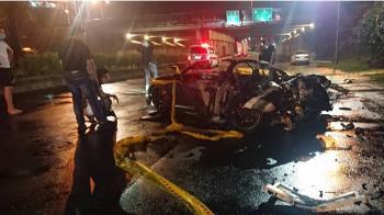 自撞電線桿火燒車 奧迪男受困車上活活燒死