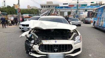 疑闖紅燈...貨車撞上馬莎拉蒂害車頭全毀