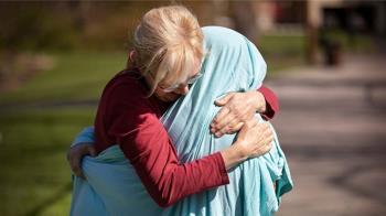 想媽媽又怕傳染!護理師裹被單 母女緊擁淚崩