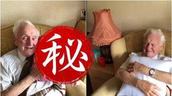 94歲老兵抱愛妻照片才能入眠…醫護送超暖禮物惹淚崩