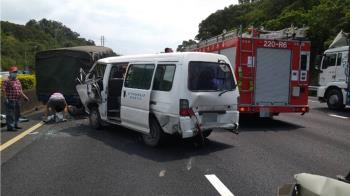快訊/國道5車連環撞 2人遭卡變形車內