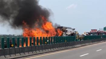 西濱追撞車禍!油罐車燒成火球 黑煙衝天2傷
