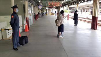 軍校生休假!稍息站月台等車 原因有洋蔥