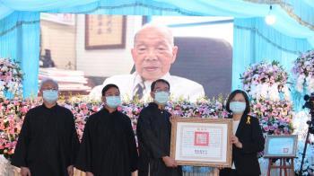 行醫到最後一刻!蔡總統親送行 99歲老醫師謝春梅