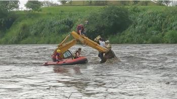 新北大漢溪暴漲 消防救出怪手上3名工人