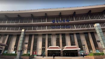 武肺影響 台北車站大廳擬永久禁止席地坐、辦活動