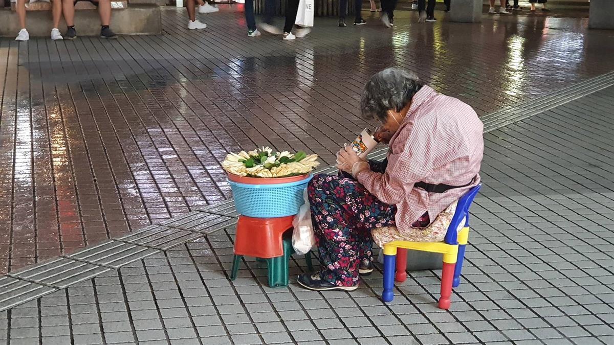 365天報到!7旬嬤打盹賣玉蘭花 網曝超反轉真相