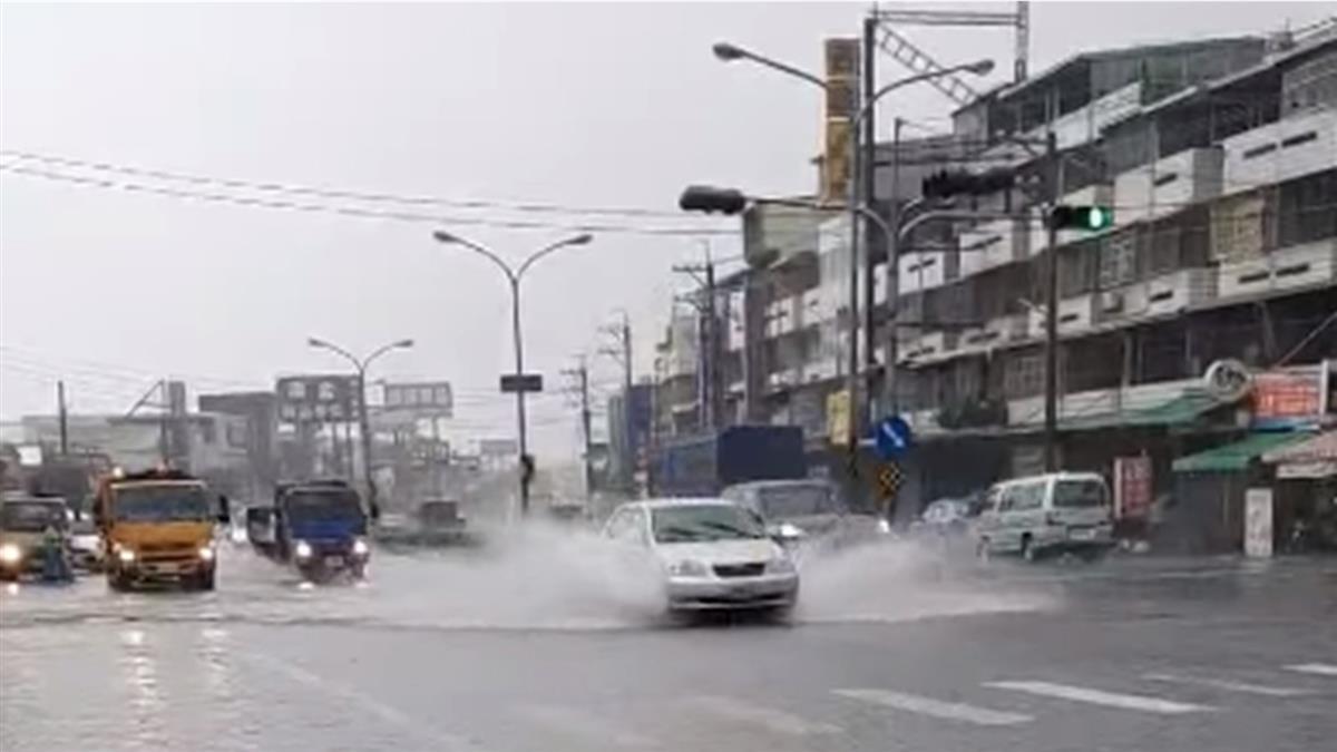 梅雨狂下!高雄多處積水 網狠酸韓國瑜:水上樂園開幕