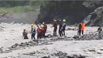 溪水暴漲!屏東4工人受困山上