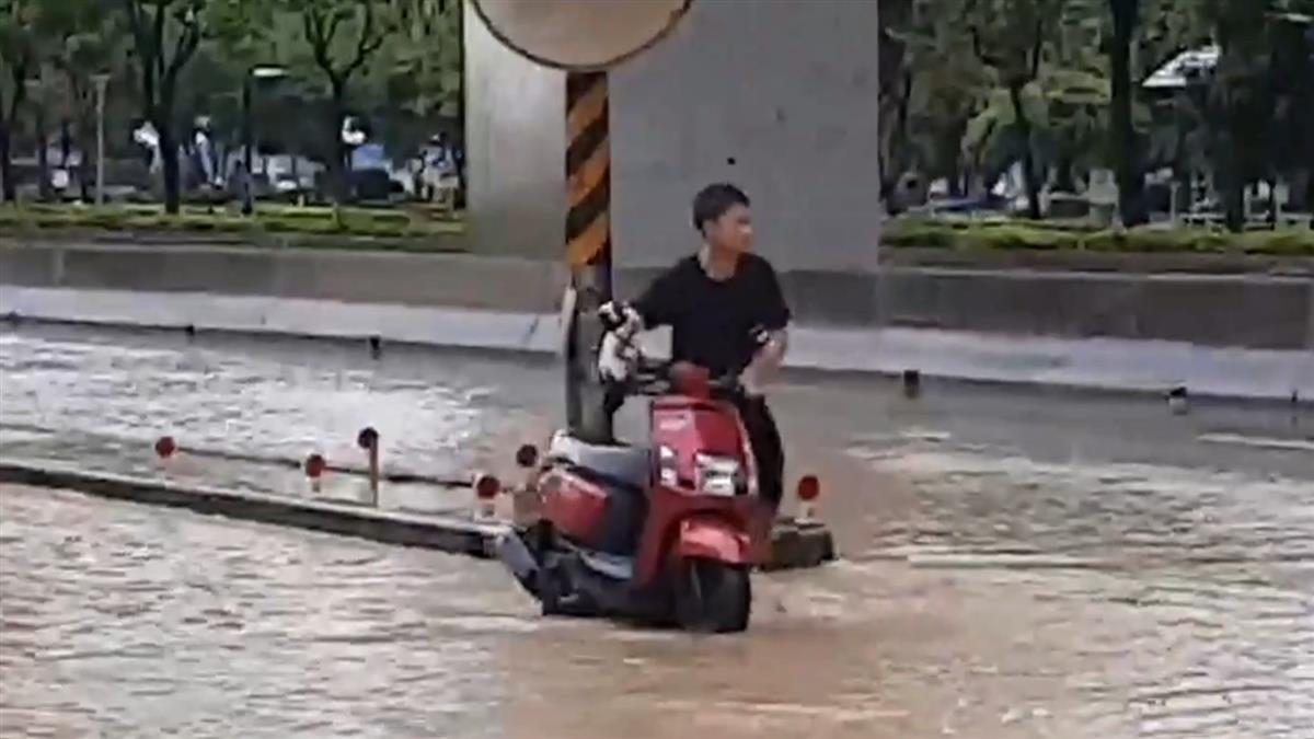 強降雨又淹!仁武鳳仁路保養廠進水 梓官民宅淹腳踝