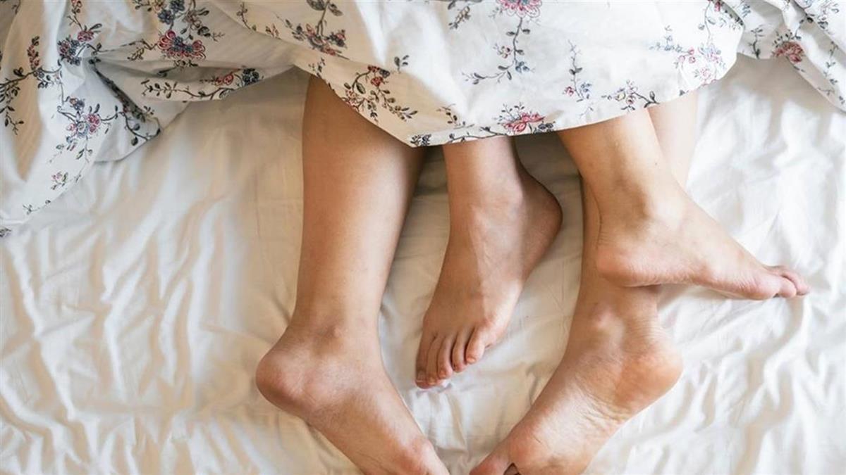 人妻邀小王床上激戰!聲音太大聲…閨蜜在旁嚇醒