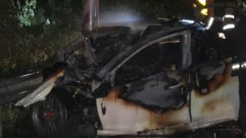 桃園小客車撞電線桿火燒車!2人活活被燒死1人彈飛亡