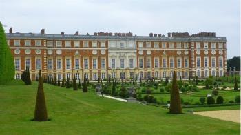 肺炎疫情:在皇宮城堡裏居家隔離是什麼滋味?