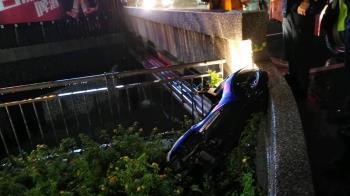 疑因天雨路滑!高雄男騎士摔進排水溝 1死1重傷