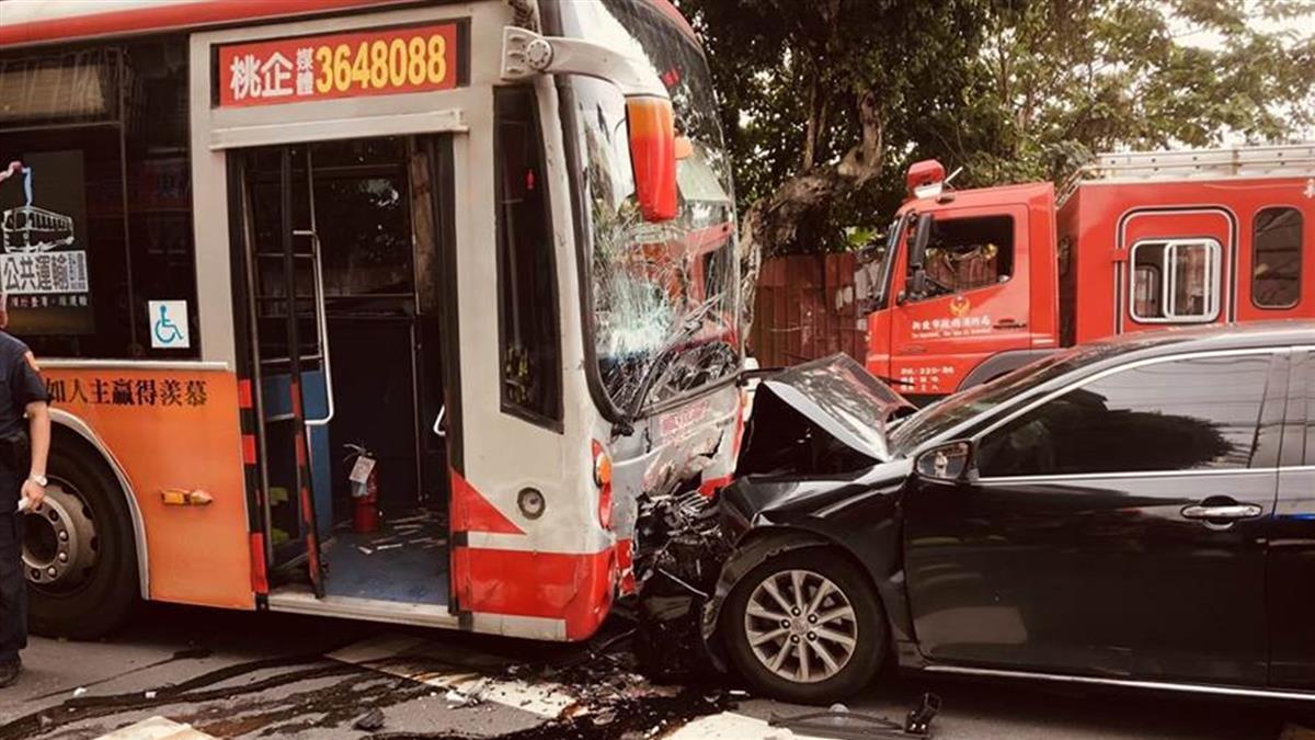 新北公車對撞轎車 20歲女乘客意識模糊急送醫