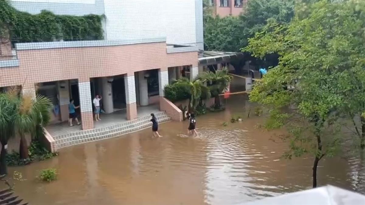 大雨狂下傳災情!員林水淹小腿肚 學生赤腳涉水