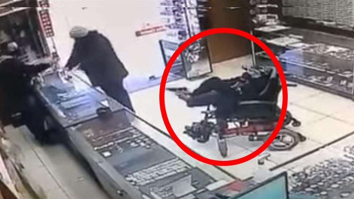 癱瘓男搶劫!坐輪椅用腳拔槍 店員嚇壞:以為是乞討