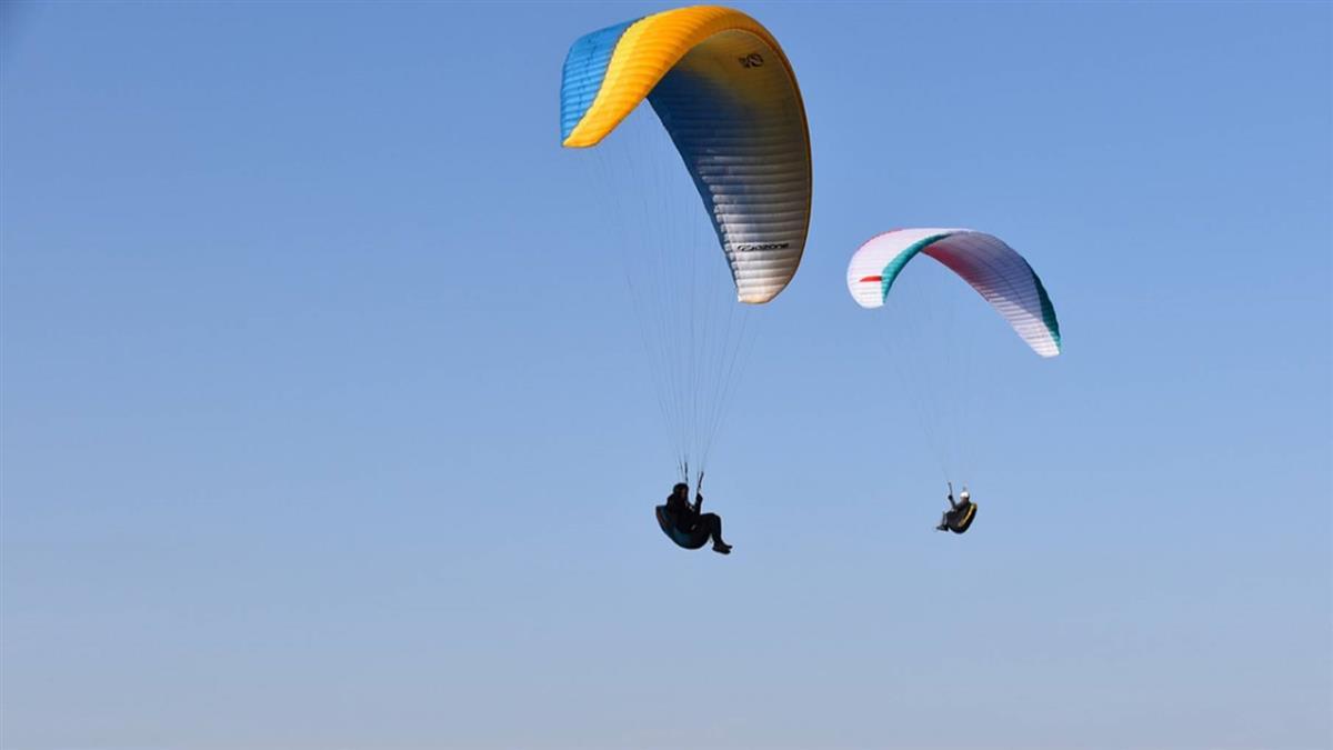奇蹟!飛行傘1450米高空相撞 2人墜地後毫髮無傷
