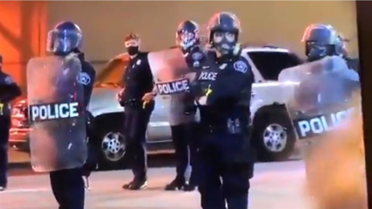 男遭警殺引群憤!抗議現場爆槍響