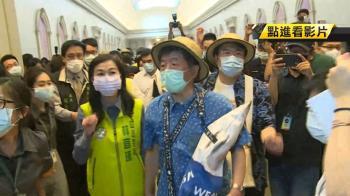 陳時中遊台南!穿花襯衫、虱目魚包亮相 大批粉絲要簽名