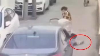 都沒發現!女帶3孩過馬路 嬰掉路上遭來車輾過