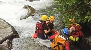 女兒拍照落溪 父救援失蹤!今20人入山持續搜救