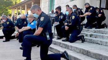 全美示威僅佛州警單膝跪地共祈禱