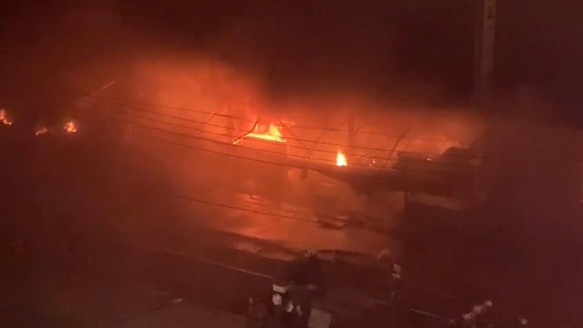 快訊/台中市東區深夜竄惡火!26攤位全毀