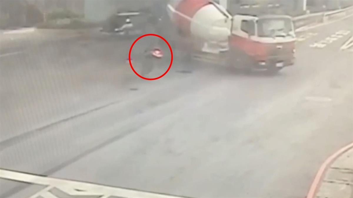 水泥車疑違規左轉!重機情侶煞車不及 捲車底慘死