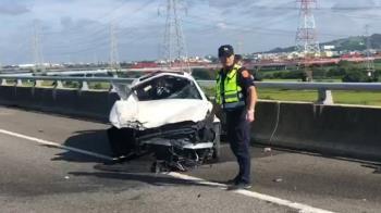 疑未繫安全帶?賓士國3自撞  27歲駕駛飛出車外亡