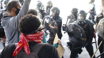 上千民眾白宮前抗議  警方催淚瓦斯驅離