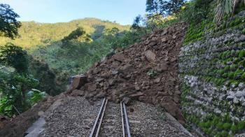 邊坡土石滑落 阿里山林鐵嘉義到十字路停駛