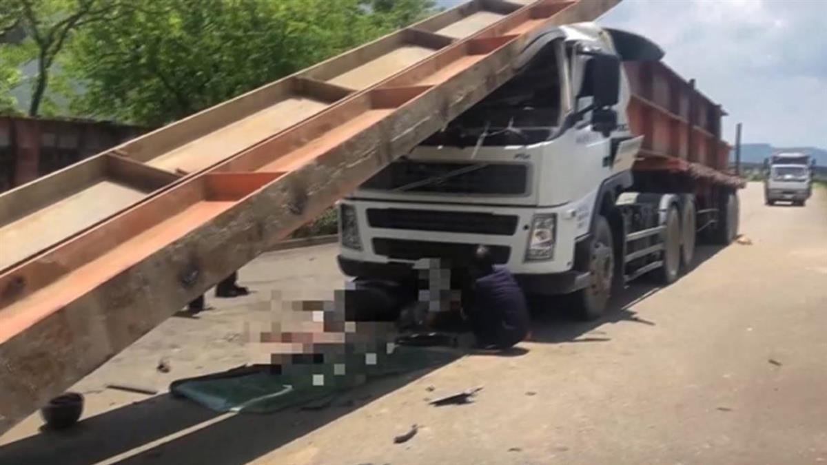 拖板車撞機車!鋼梁滑行壓車頂 8旬翁卡車底慘死