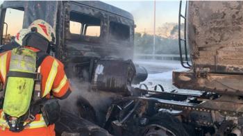 國道鹽酸槽車與小客車碰撞 瞬間陷火海