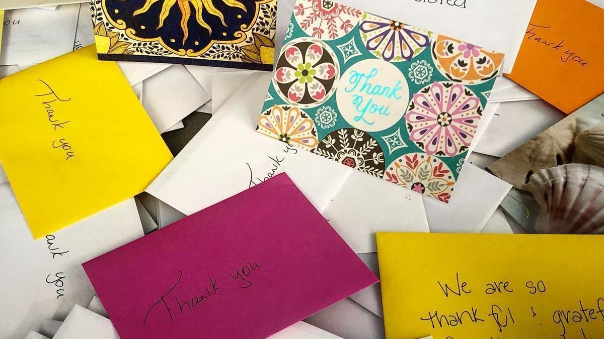 美國警局曬市民感謝卡片 網友扮柯南:筆跡都一樣?