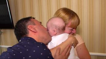 疫情阻隔下他們第一次見到出生十周的兒子